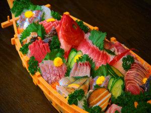 海辺の小さなお宿 まるへい民宿:特注料理:海鮮舟盛り(刺身盛合せ)/目安3~5名様程でどうぞ!3名様以下なら「皿盛り」がオススメ!