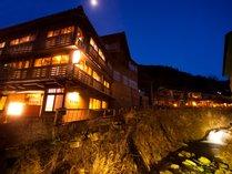 石畳に佇む明治創業の老舗宿 右丸旅館の写真