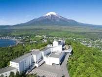 富士山と湖を望むリゾート ホテルマウント富士の写真