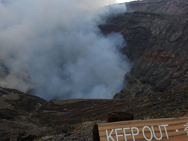 阿蘇の火口です。ガイドブックによく載っているようなエメラルドグリーン色の水は溜まってませんでした。_阿蘇中岳火口(阿蘇山上)