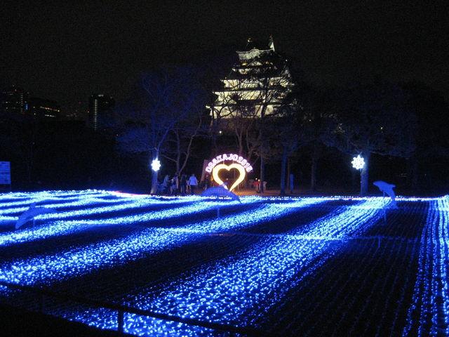 大阪城と青色LEDの海のイメージのイルミネーション_大阪城天守閣