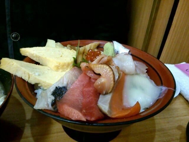 海鮮丼は何種類もネタがのっていました。はみ出しそう!_すしざんまい 本店