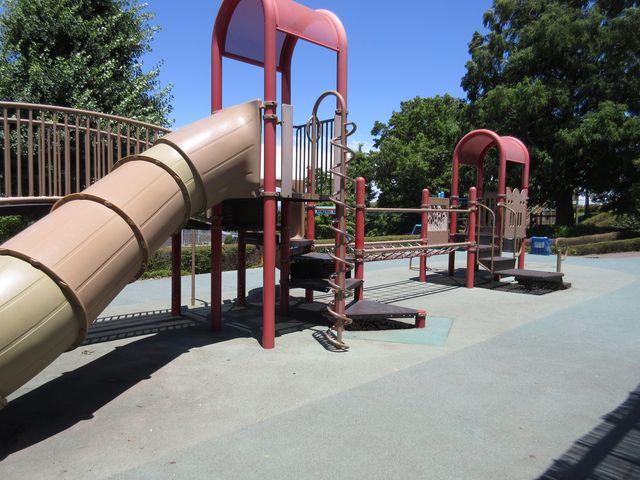 ちびっ子向けの沢山の遊具_ぼうさいの丘公園