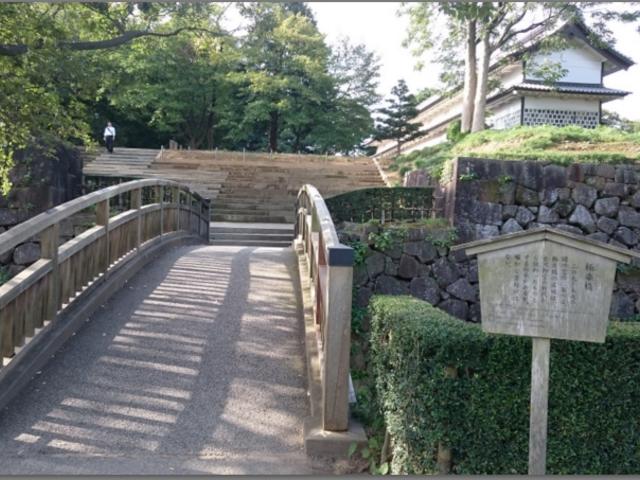 極楽橋右奥に見えるのが三十間長屋です。_金沢城三十間長屋