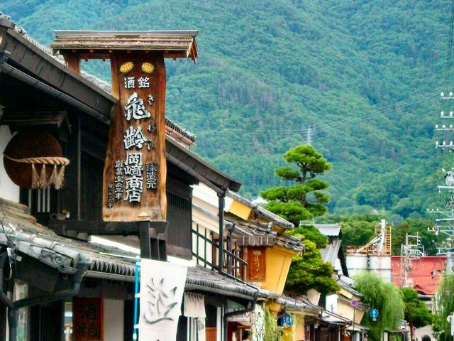 柳町の「岡崎酒造」。 背景の山は、地元に愛されている「太郎山」。_北国街道