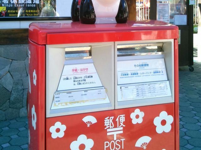 『パンダの郵便ポスト』。郵便ポストには、花やしきらしく『お花』が。_浅草花やしき