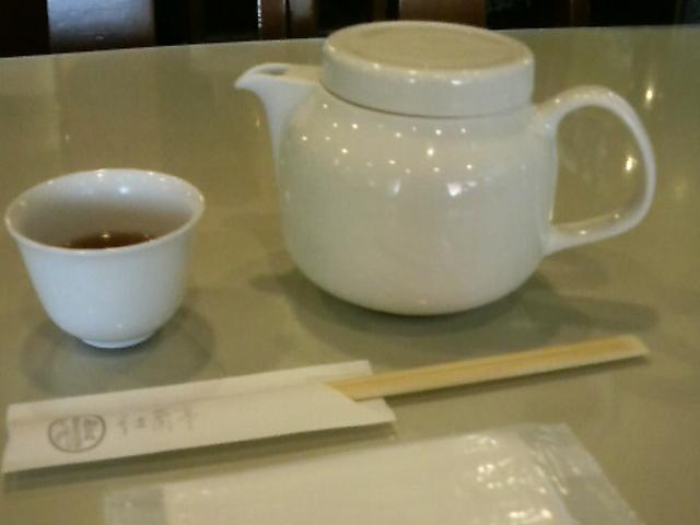 食前のお茶もこんな感じで出してくれます。_紅蘭亭 下通店