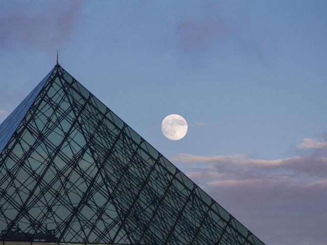 満月とガラスのピラミッドのコラボです。_モエレ沼公園