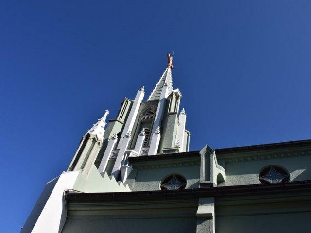 横からの撮影です_平戸ザビエル記念教会