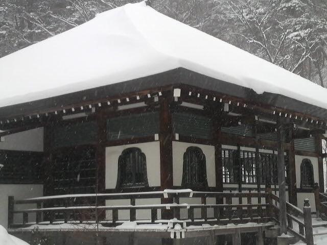 雪をかぶった温泉寺の本堂_日光山 湯元・温泉寺