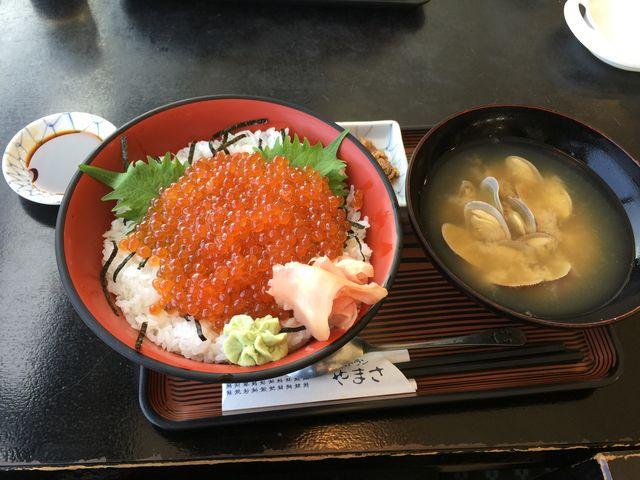 友達は海鮮丼を、私はいくら丼を頼みました。男の自分たちでも満足できるボリュームでした。_ヤマサ水産 市場寿し店