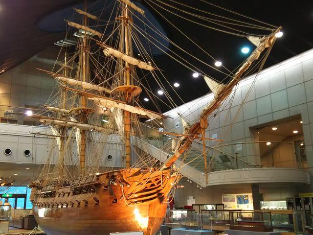 大きな帆船が出迎えます_神戸海洋博物館