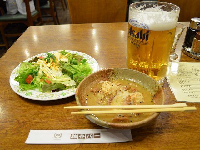 今回は最初に煮込みとサラダとビール_神谷バー