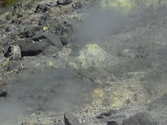 岩盤_玉川温泉の北投石