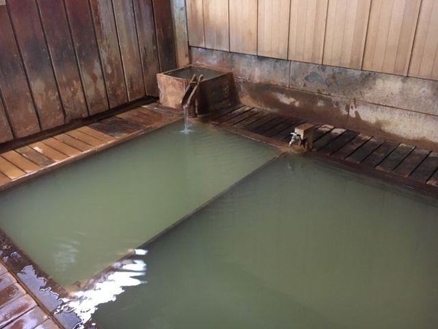 渋温泉九番湯大湯です。熱めとぬるめ(とはいっても熱め)の湯船があり、温度は46~45度で鉄泉ですね。_厄除け巡浴外湯めぐり
