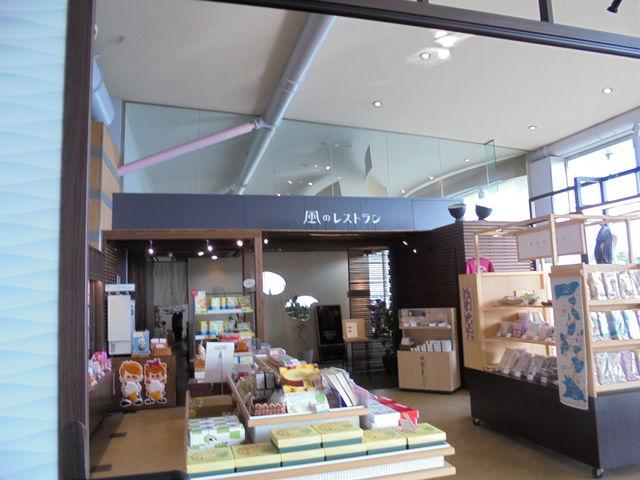 お店の手前は、今治名産品のショップ。_風のレストラン