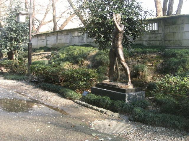道端に彫刻作品が立ってます_白鳥路