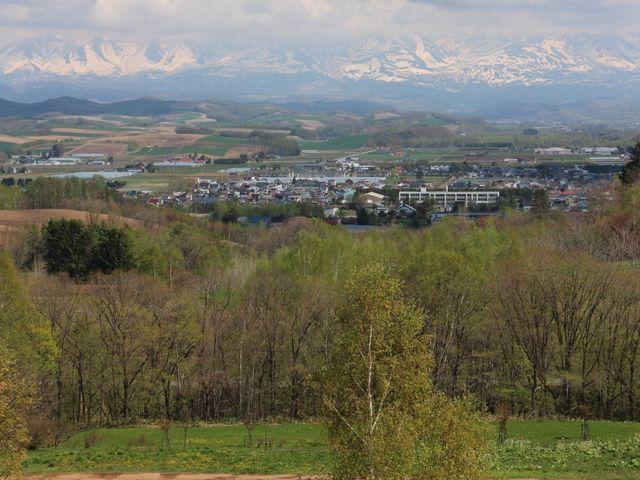美瑛の街と十勝岳連峰を臨む_北西の丘展望公園
