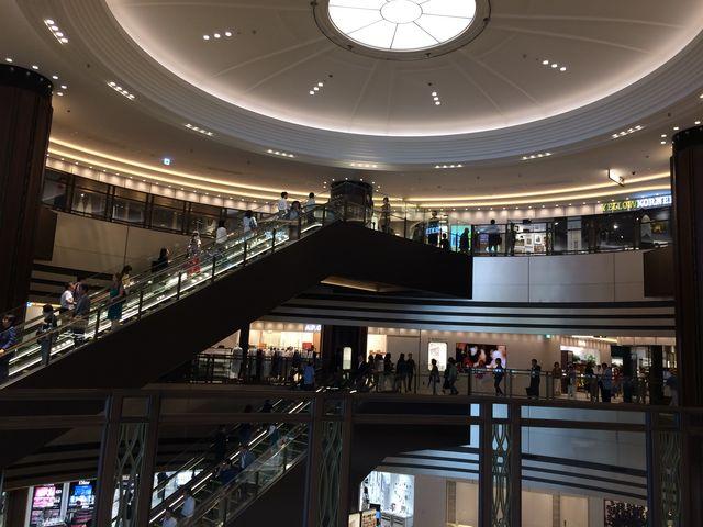 円形の吹き抜け、店が一望できる。_東京ミッドタウン日比谷