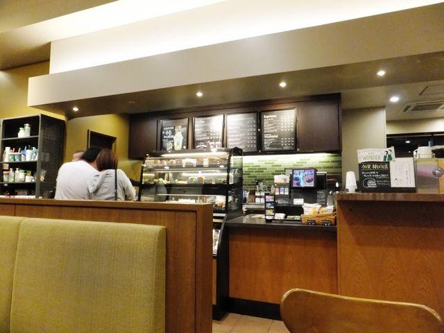 客席からカウンターを見たところ_スターバックスコーヒー大和高田店