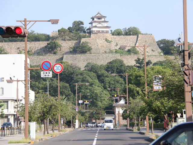 昔と今の景色があります_丸亀城