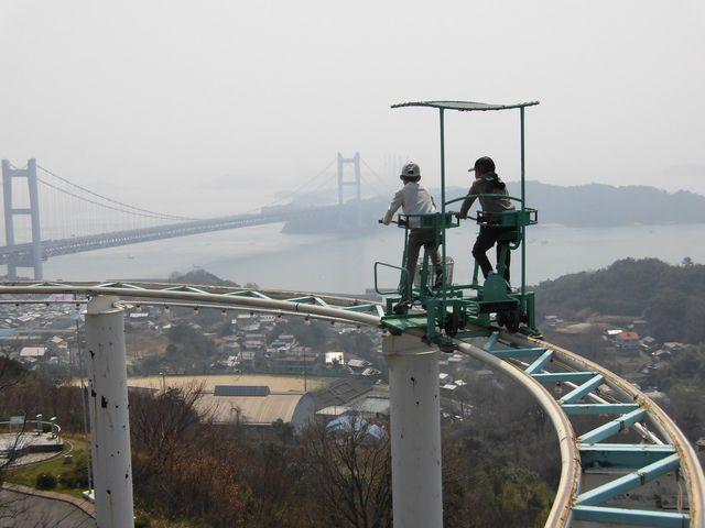 瀬戸大橋をバックに_ブラジリアンパーク鷲羽山ハイランド