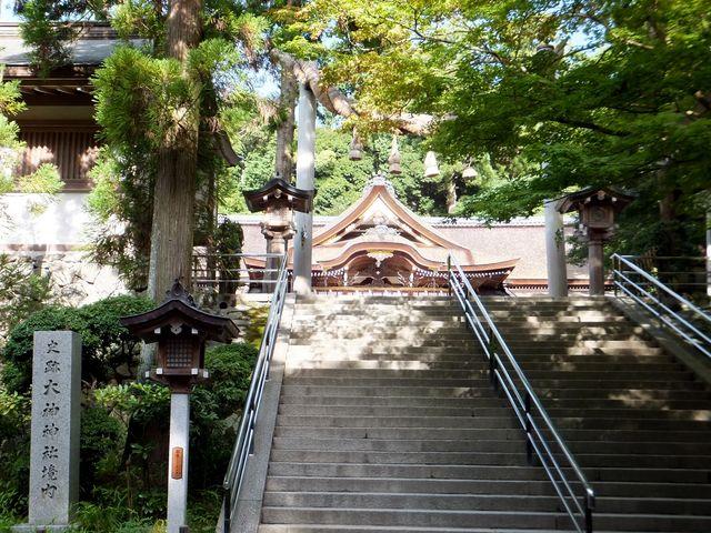 三の鳥居前から仰ぎ見る拝殿は神々しい。_大神神社