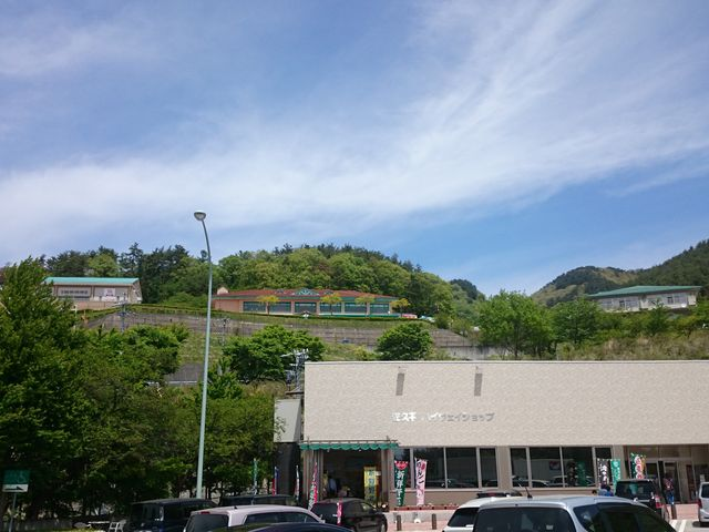 パーキングエリアの上に温泉があります_佐久平パーキングエリア上り店
