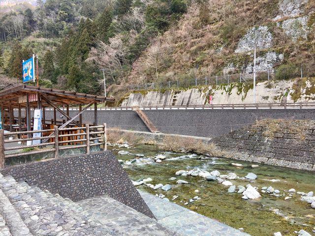 目の前には川が流れています。_道の駅 木の香 木の香温泉