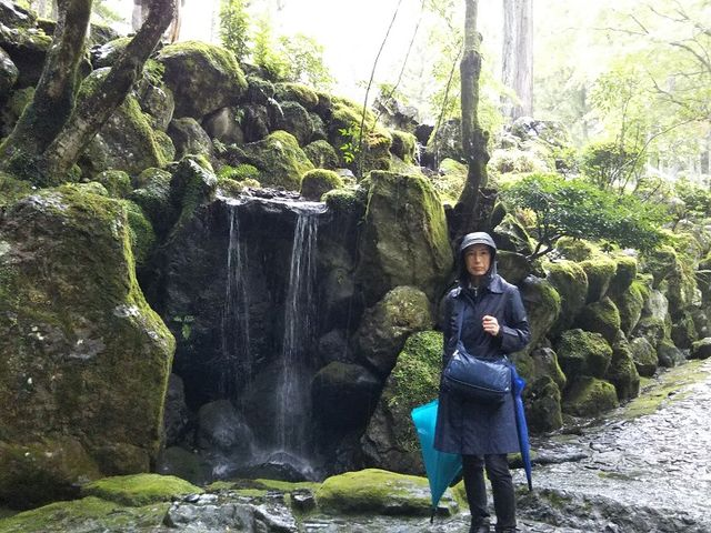 身延川を渡る石橋付近の小さな滝_日蓮聖人御草庵跡