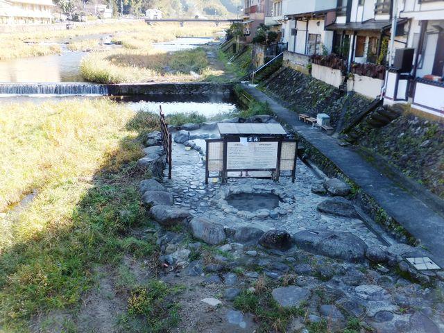 三朝橋から三朝川を見下ろすと、橋の袂に河原風呂が見えます。_河原風呂