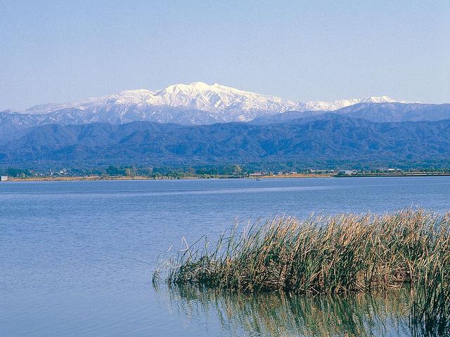 柴山潟と白山の眺望_片山津温泉観光協会