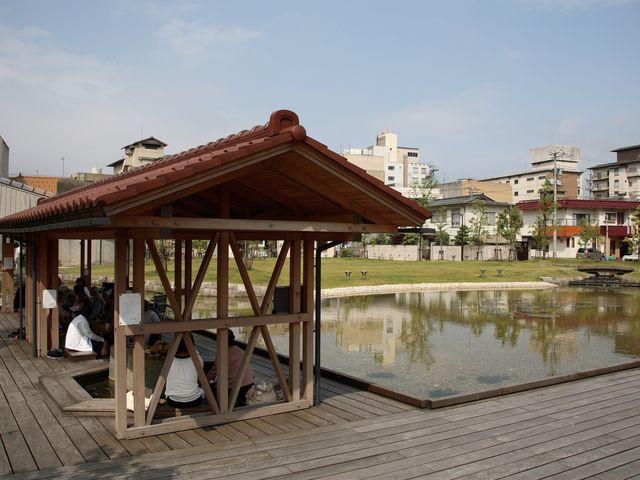 温泉中心部にある砂走公園と無料の足湯_片山津温泉観光協会