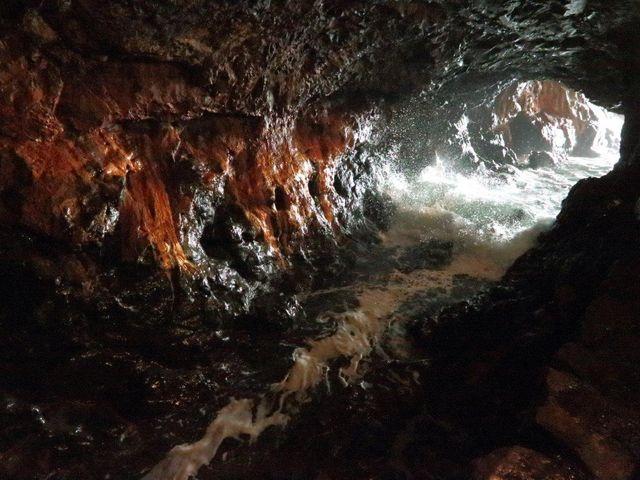 砕ける波_三段壁洞窟