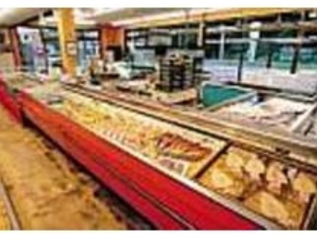 大量に魚が並ぶ時もあれば、少ない時もある_まるいち海産物商