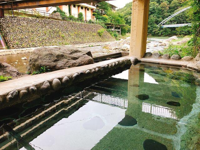 雄大な男鹿川を目の前に開放的なお風呂です。_川治温泉 薬師の湯