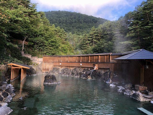 新緑に囲まれた露天からの景色_西の河原露天風呂