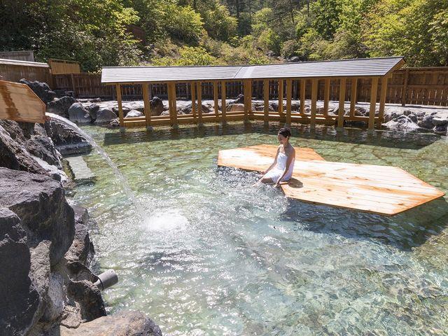 湯舟にある浮島で休みながら温泉をゆっくりとお楽しみいただくことが出来ます。_西の河原露天風呂