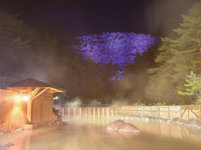 夜は丸山のライトアップをご覧いただけます。_西の河原露天風呂