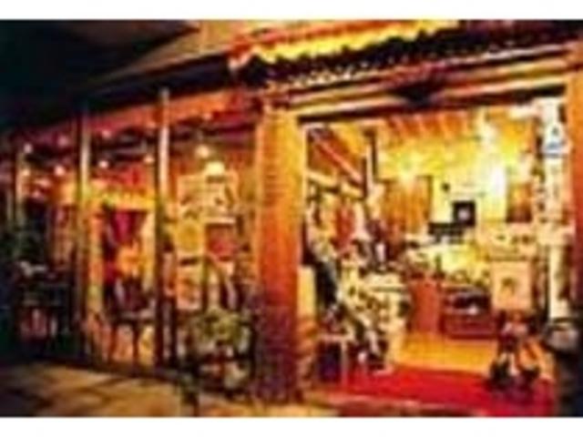入口ではネパールの布製品など販売している_ジャイネパール