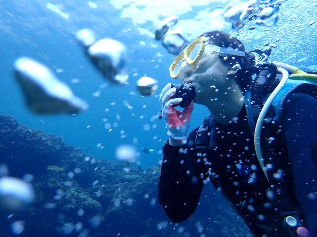 水中ならではの泡に囲まれ無重力体験_青の洞窟 Dive きよら