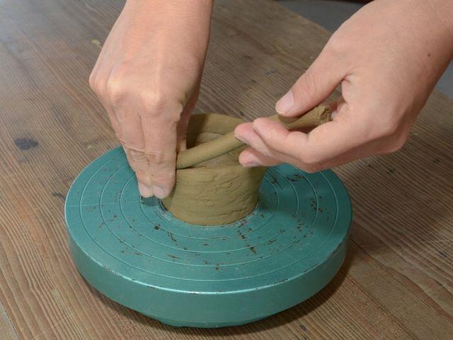 手びねり体験。ご自分で成形~削りまでして頂けます。_紀州焼葵窯々元