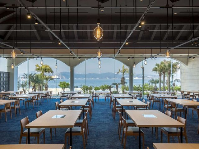 レストラン URARAKA 一面のガラスの向こうに海を望むお席。_i+Land nagasaki