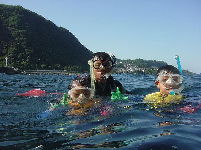 浅い場所での練習の後は、いっぱいのサカナたちと一緒に泳げます。_キープスマイリング