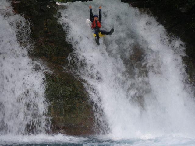 8Mの滝をスライダー 下からアングル_グリーンディスカバリー 四万