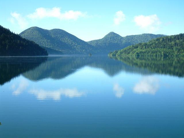 標高804m、北海道では最も標高の高い場所にある自然湖「然別湖(しかりべつこ)」をフィールドに様々なアクティビティを行っています。_然別湖ネイチャーセンター