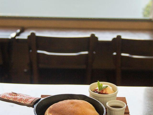 ネイチャーセンター2階ではCafe mubanchiが体験シーズンに合わせて営業中!パンケーキやピザなど十勝の食材にこだわってお出ししています。_然別湖ネイチャーセンター