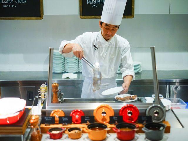 ライブキッチンでは目の前でステーキや野菜を調理しております。 熱々出来立てのお肉は両若男女問わず愛されております。_コートヤードマリオット銀座東武ホテル