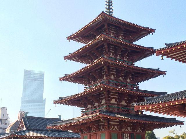 五重塔と仁王門 あべのハルカス300を望む_四天王寺