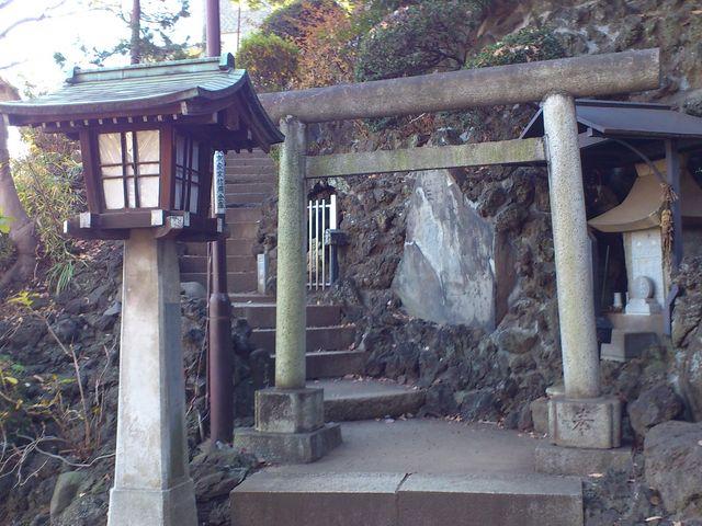 品川神社への階段の途中から、品川富士に至る「登山」ルートが分かれる。_品川神社